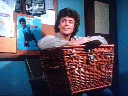 basket-case-1982-movie-still-waiting-roo