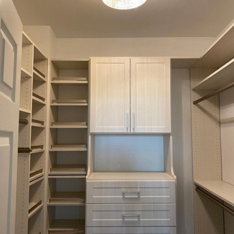 TGIF! We love this walk in closet done in our Morning Mist color. 🤩It's open and airy with the perfect mix of storage. We can custom design the closet of your dreams! Have a great weekend from Closet Connections.   🌟 You imagine, we create! 🌟  #grossepointewoods #grossepointeshores #stclairshores #grossepointefarms #grossepointe #grossepointepark #harrisontownship #bloomfieldhills #birmingham #gpcustom #gpstrong #gptogether #gp #customcloset #closetconnections