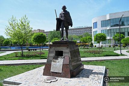 Mahatma Gandhi Statue in Yerevan.jpg