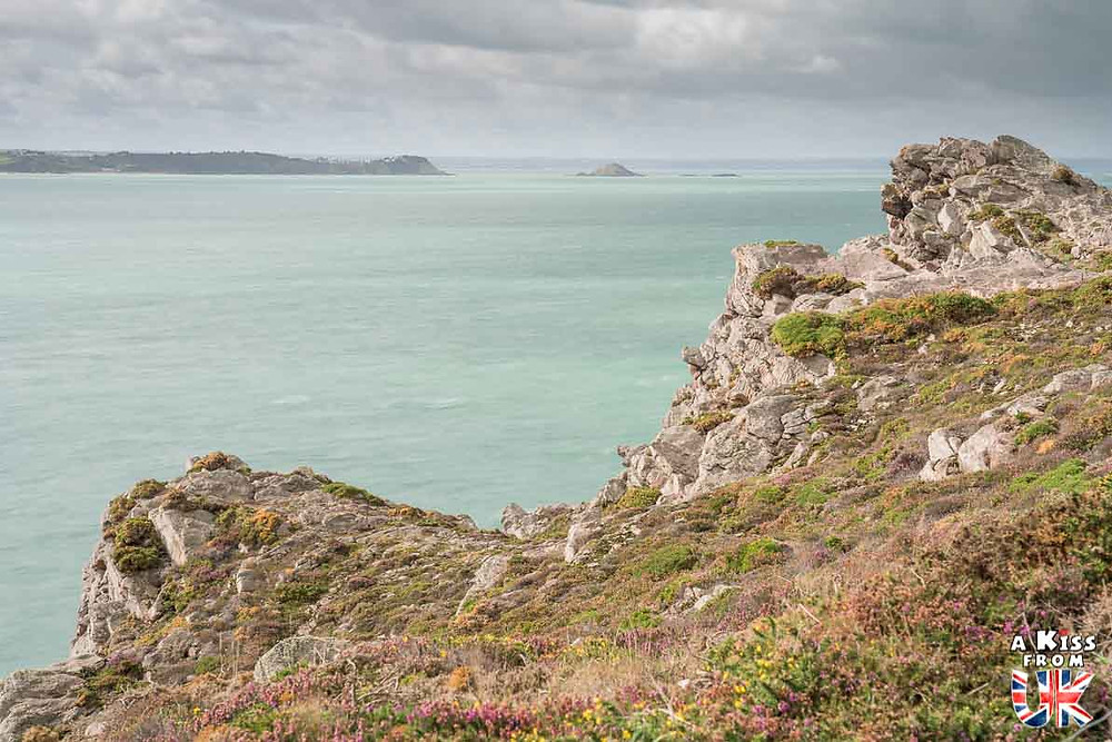 Visiter le Cap d'Erquy dans les Côtes d'Armor pour retrouver les décors sauvages de la Péninsule de Lizard, dans les Cornouailles en Angleterre | Visiter la Bretagne pour retrouver les paysages de Grande-Bretagne - Découvrez les plus beaux endroits de Bretagne et de Normandie qui font penser à l'Angleterre, à l'Ecosse ou au Pays de Galles |  A Kiss from UK - blog voyage