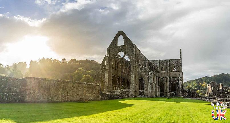 Tintern Abbey dans le Monmouthshire - Les endroits à voir absolument au Pays de Galles en dehors de Cardiff – Découvrez quels sont les lieux incontournables au Pays de Galles et les plus beaux endroits du Pays de Galles à visiter pendant votre voyage   A Kiss from UK