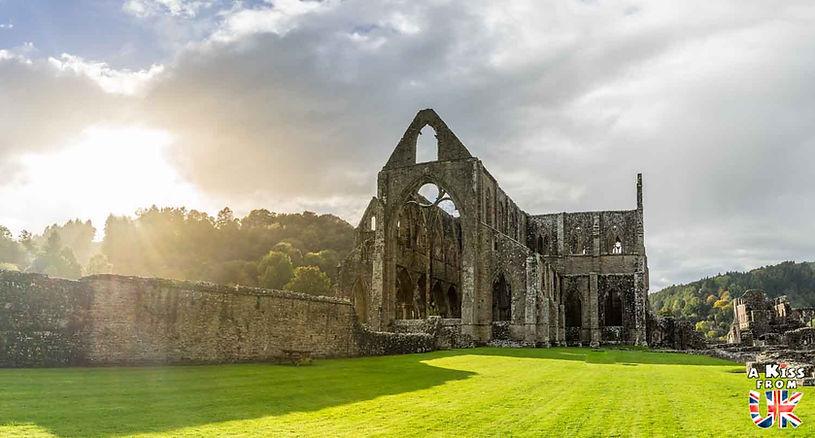 Tintern Abbey dans le Monmouthshire au Pays de Galles - Les plus belles ruines de Grande-Bretagne. Découvrez quels sont les plus beaux lieux abandonnés d'Angleterre, d'Ecosse et du Pays de Galles avec A Kiss from UK.