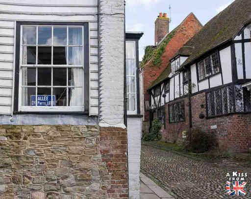 Rye - Mermaid Street - Que voir absolument dans le Sussex en Angleterre ? Visiter le Sussex  et ses plus beaux endroits avec A Kiss from UK, le guide et blog du voyage en Ecosse, Angleterre et Pays de Galles.