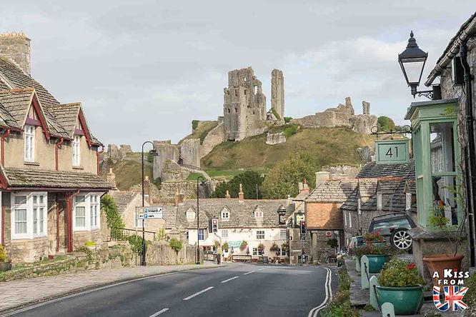 Le village de Corfe Castle dans le Dorset en Angleterre  - Découvrez les 30 plus beaux villages de Grande-Bretagne. Le classement des plus beaux villages d'Angleterre, d'Ecosse et du Pays de Galles par A Kiss from UK