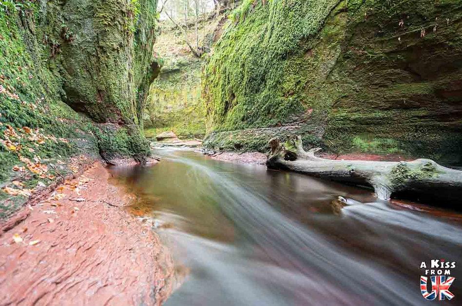 Le Devil's Pulpit dans le Finnich Glen - Les plus beaux paysages d'Ecosse. Découvrez quels sont les plus beaux endroits d'Ecosse et les plus belles merveilles naturelles d'Ecosse avec A Kiss from UK, le guide et blog du voyage en Grande-Bretagne.