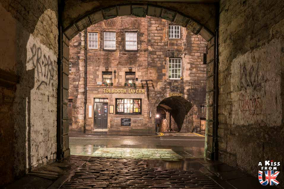 Tolbotth Tavern de nuit - Les plus belles photos d'Édimbourg de nuit. Visiter Édimbourg la nuit, sortie nocturne à Édimbourg dans les plus beaux endroits et les lieux hantés de la capitale écossaise. Que faire à Édimbourg la nuit ?