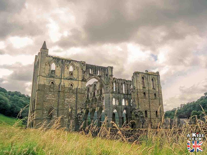 Rielvaux Abbey dans les North York Moors en Angleterre - Les plus belles ruines de Grande-Bretagne. Découvrez quels sont les plus beaux lieux abandonnés d'Angleterre, d'Ecosse et du Pays de Galles avec A Kiss from UK.