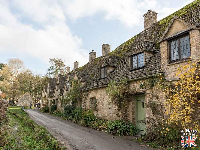 Le village de Bibury dans les Cotswolds en Angleterre - Découvrez les 30 plus beaux villages de Grande-Bretagne. Le classement des plus beaux villages d'Angleterre, d'Ecosse et du Pays de Galles par A Kiss from UK