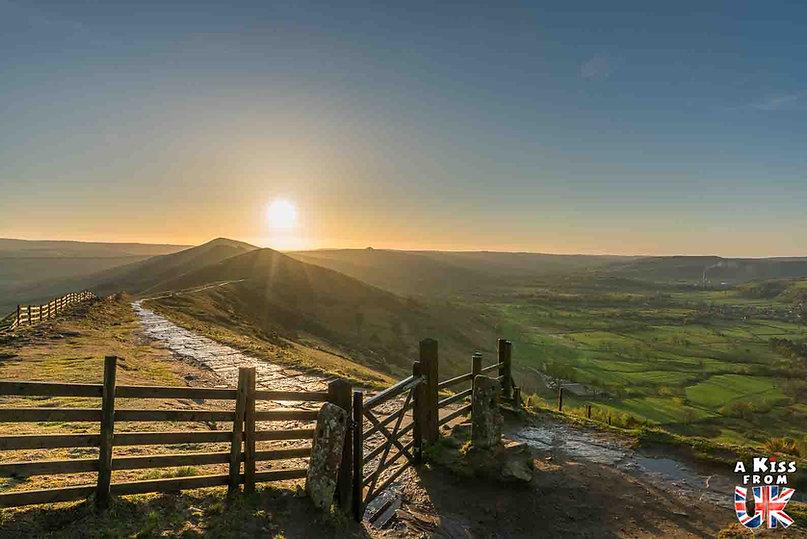 Mam Tor dans le Peak District - Visiter l'Angleterre : les incontournables ! - 25 endroits à voir absolument en Angleterre en dehors de Londres - A Kiss from UK, le guide et blog du voyage en Grande-Bretagne.