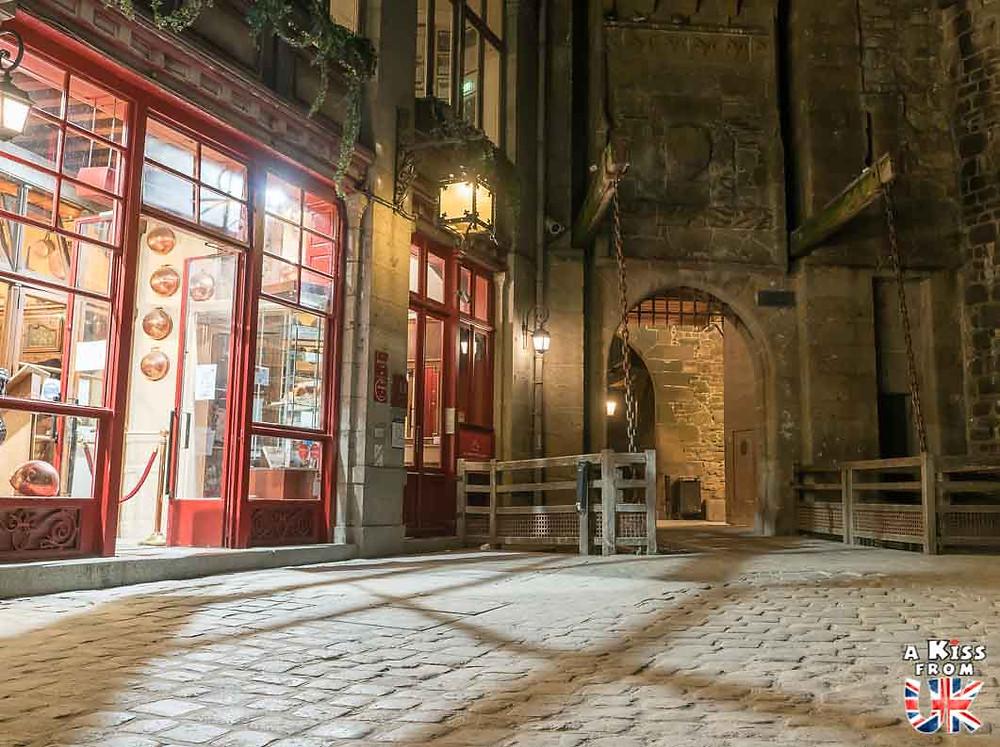 Visiter le Mont Saint-Michel la nuit pour retrouver l'ambiance médiévale d'Edimbourg | Visiter la Normandie pour retrouver les paysages de Grande-Bretagne  - Découvrez les plus beaux endroits de Bretagne et de Normandie qui font penser à l'Angleterre, à l'Ecosse ou au Pays de Galles |  A Kiss from UK - blog voyage