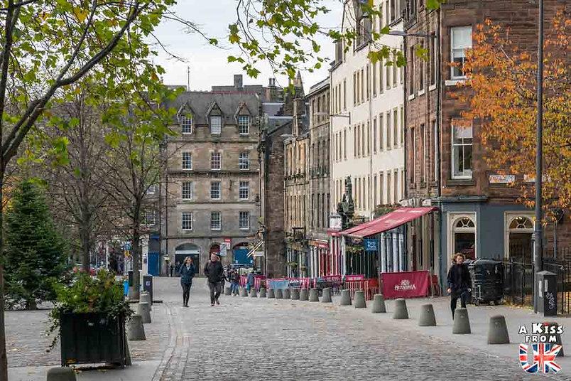 Grassmarket à Edimbourg - Visiter Edimbourg : les endroits à voir absolument dans la capitale de l'Ecosse - Découvrez les plus beaux lieux d'Edimbourg avec le guide complet d'A Kiss from UK, le blog du voyage en Ecosse.