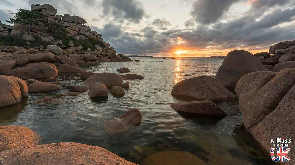 Visiter la Côte de Granit Rose en Bretagne pour retrouver les décors de Ladram Bay dans le Devon en Angleterre | Visiter la Bretagne pour retrouver les paysages de Grande-Bretagne - Découvrez les plus beaux endroits de Bretagne et de Normandie qui font penser à l'Angleterre, à l'Ecosse ou au Pays de Galles |  A Kiss from UK - blog voyage