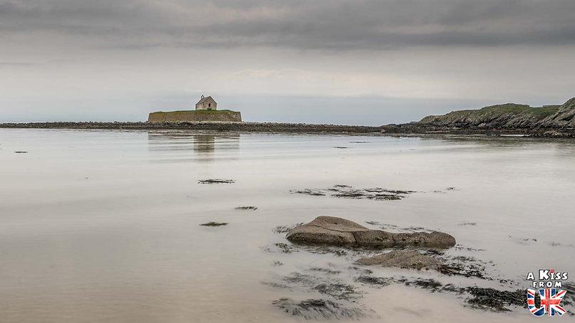 St Cwyfan's Church sur l'île d'Anglesey - Les endroits à voir absolument au Pays de Galles en dehors de Cardiff – Découvrez quels sont les lieux incontournables au Pays de Galles et les plus beaux endroits du Pays de Galles à visiter pendant votre voyage   A Kiss from UK