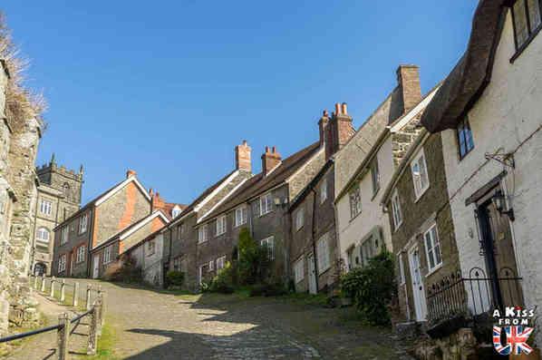 Gold Hill - Que faire dans le Dorset en Angleterre ? Visiter les plus beaux endroits à voir dans le Dorset avec notre guide complet.