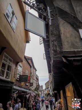 Les Shambles - Que voir à York en Angleterre ? Visiter York avec A Kiss from UK, le guide et blog du voyage en Ecosse, Angleterre et Pays de Galles