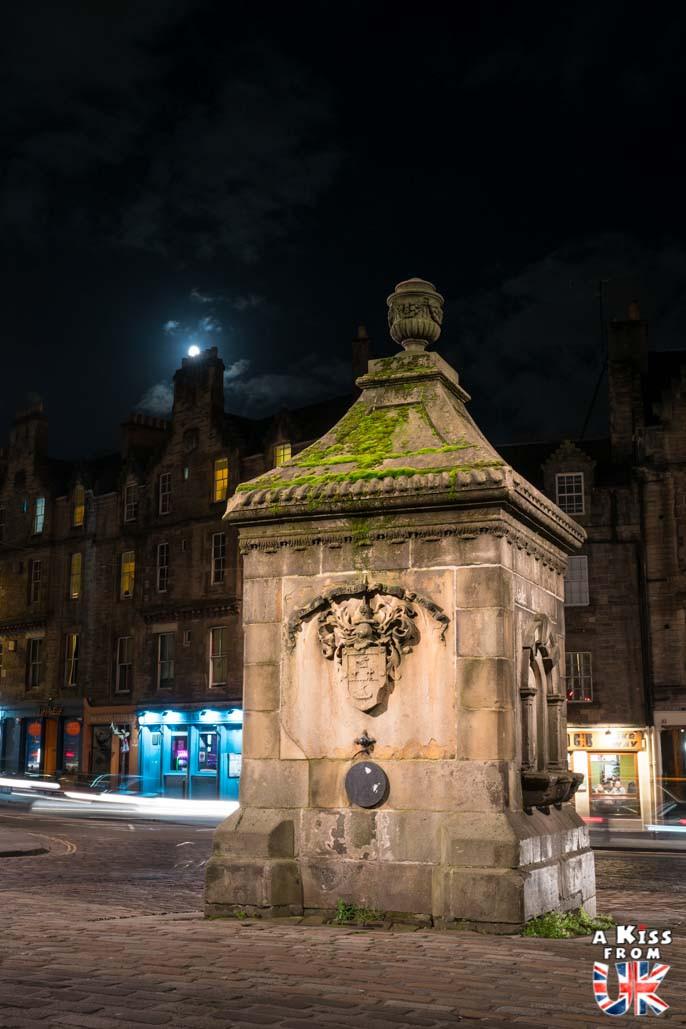 Grassmarket de nuit - Les plus belles photos d'Édimbourg de nuit. Visiter Édimbourg la nuit, sortie nocturne à Édimbourg dans les plus beaux endroits et les lieux hantés de la capitale écossaise. Que faire à Édimbourg la nuit ?