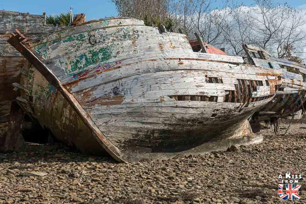 Découvrir les bateaux de pêche abandonnés de la presqu'île de Crozon et se croire sur l'île de Mull en Ecosse | Visiter la Bretagne pour retrouver les paysages de Grande-Bretagne  - Découvrez les plus beaux endroits de Bretagne et de Normandie qui font penser à l'Angleterre, à l'Ecosse ou au Pays de Galles |  A Kiss from UK - blog voyage
