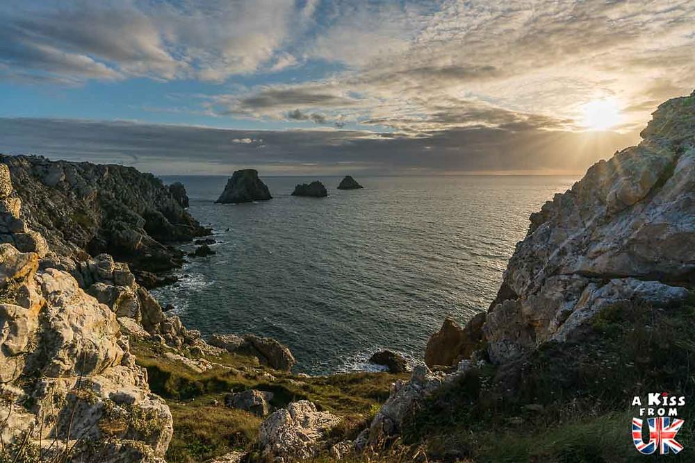 Visiter la pointe de Pen-Hir dans le Finistère et se croire à Kynance Cove dans les Cornouailles en Angleterre | Visiter la Bretagne pour retrouver les paysages de Grande-Bretagne  - Découvrez les plus beaux endroits de Bretagne et de Normandie qui font penser à l'Angleterre, à l'Ecosse ou au Pays de Galles |  A Kiss from UK - blog voyage