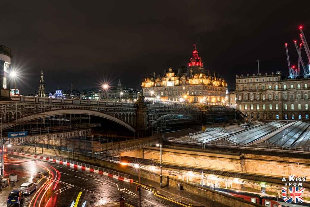 Balmoral Hotel de night - Les plus belles photos d'Édimbourg de nuit. Visiter Édimbourg la nuit, sortie nocturne à Édimbourg dans les plus beaux endroits et les lieux hantés de la capitale écossaise. Que faire à Édimbourg la nuit ?