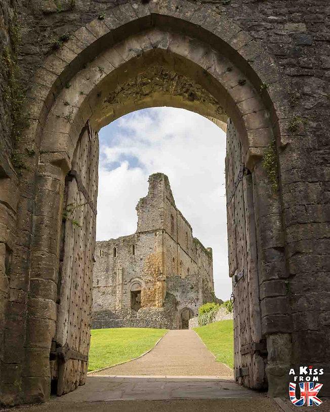 Chepstow Castle dans le Monmouthshire au Pays de Galles - Les plus belles ruines de Grande-Bretagne. Découvrez quels sont les plus beaux lieux abandonnés d'Angleterre, d'Ecosse et du Pays de Galles avec A Kiss from UK.