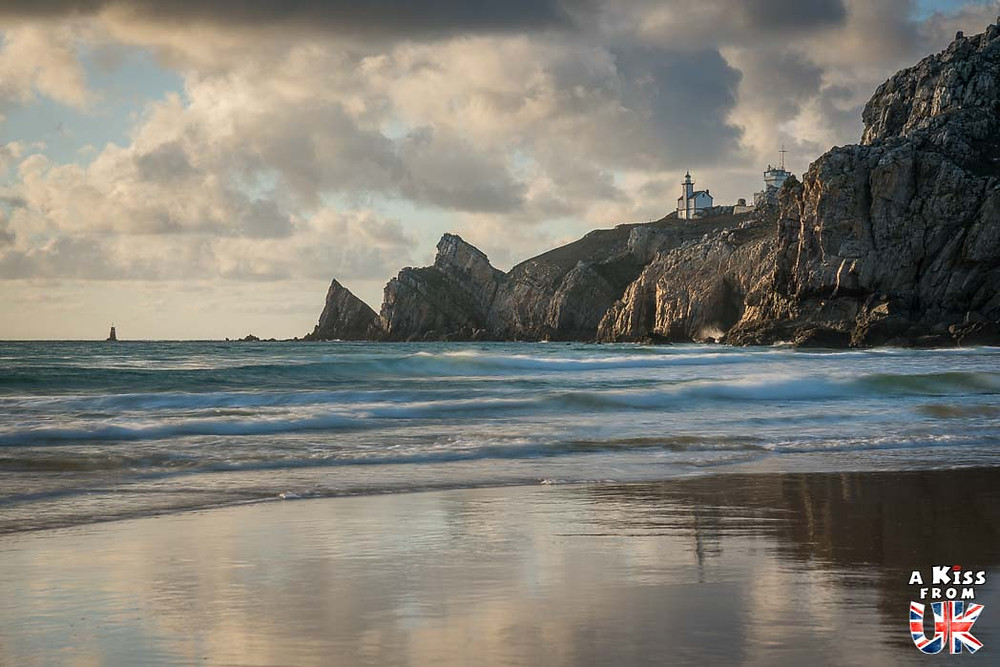 Visiter le phare du Toulinguet sur Crozon et se croire à Neist Point, sur l'île de Skye en Ecosse | Visiter la Bretagne pour retrouver les paysages de Grande-Bretagne  - Découvrez les plus beaux endroits de Bretagne et de Normandie qui font penser à l'Angleterre, à l'Ecosse ou au Pays de Galles |  A Kiss from UK - blog voyage