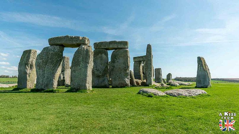 Stonehenge dans le Wiltshire - Les lieux à voir absolument en Angleterre en dehors de Londres. Découvrez quels sont les plus beaux endroits d'Angleterre et les incontournables à visiter en dehors de Londres lors de votre voyage - A Kiss from UK, le blog du voyage en Grande-Bretagne.