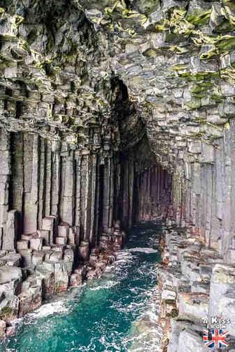 Staffa au large de  l'île de Mull - Les plus beaux paysages d'Ecosse. Découvrez quels sont les plus beaux endroits d'Ecosse et les plus beaux sites naturels avec A Kiss from UK, le guide et blog du voyage en Grande-Bretagne.