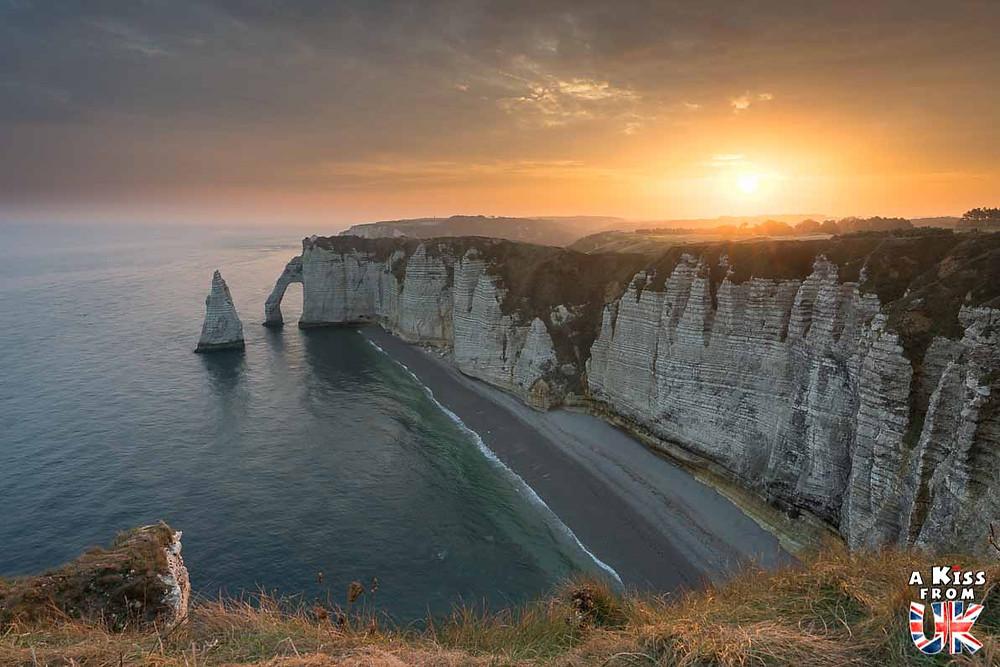 Visiter les falaises d'Etretat en Normandie pour retrouver l'atmosphère de la Jurassic Coast dans le Dorset en Angleterre | Visiter la Normandie pour retrouver les paysages de Grande-Bretagne - Découvrez les plus beaux endroits de Bretagne et de Normandie qui font penser à l'Angleterre, à l'Ecosse ou au Pays de Galles |  A Kiss from UK - blog voyage