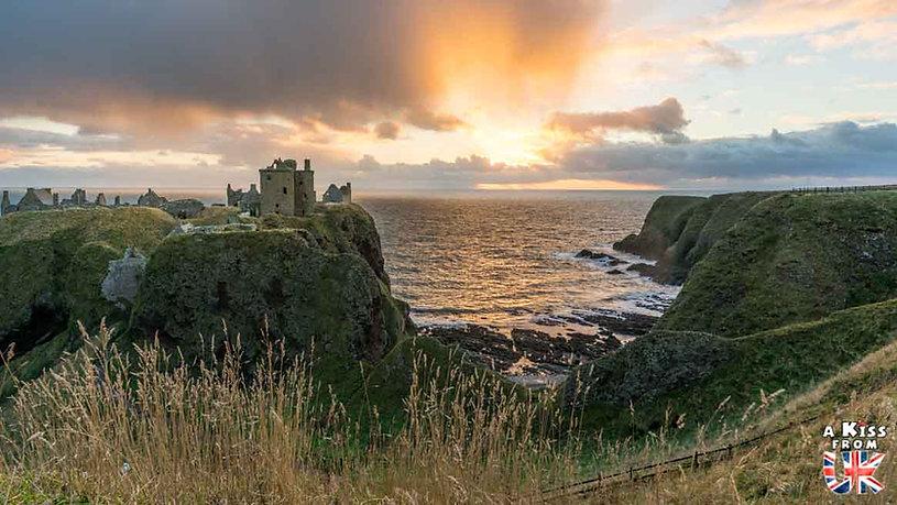 Dunnottar Castle dans les Cairngorms en Ecosse - Les plus belles ruines de Grande-Bretagne. Découvrez quels sont les plus beaux lieux abandonnés d'Angleterre, d'Ecosse et du Pays de Galles avec A Kiss from UK.