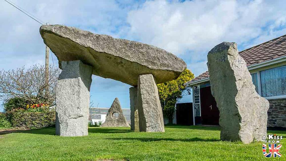 Face à la maison du druide Ed Prynn en Cornouailles