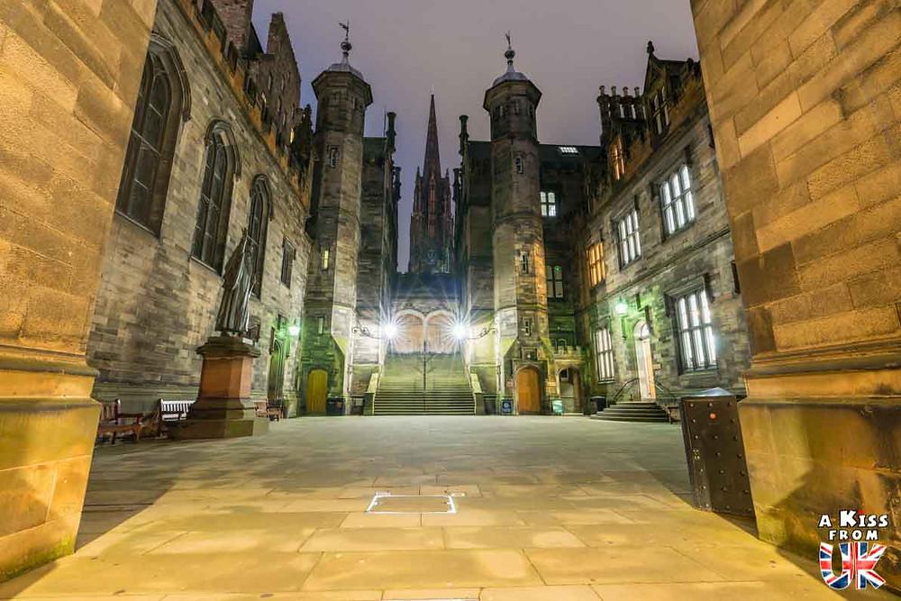 L'université d'Edimbourg de nuit - Les plus belles photos d'Édimbourg de nuit. Visiter Édimbourg la nuit, sortie nocturne à Édimbourg dans les plus beaux endroits et les lieux hantés de la capitale écossaise. Que faire à Édimbourg la nuit ?