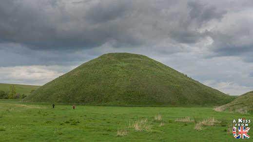 Silbury Hill près d'Avebury - Que voir dans le Wiltshire en Angleterre ? Visiter le Wiltshire avec A Kiss from UK, le blog du voyage en Ecosse, Angleterre et Pays de Galles