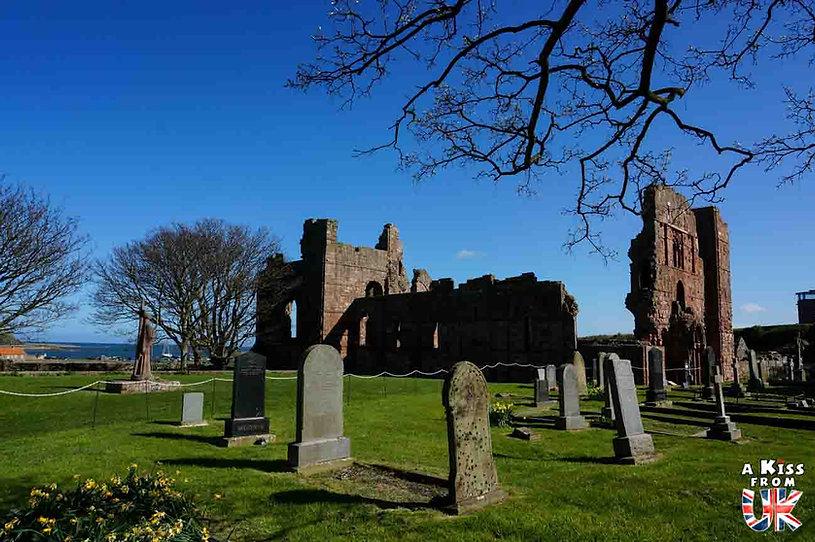 Lindisfarne Priory dans le Northumberland en Angleterre - Les plus belles ruines de Grande-Bretagne. Découvrez quels sont les plus beaux lieux abandonnés d'Angleterre, d'Ecosse et du Pays de Galles avec A Kiss from UK.