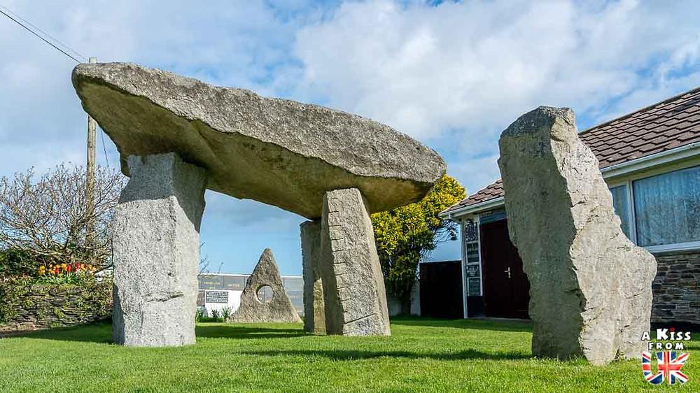 Trouver le dolmen de Rostudel sur la presqu'île de Crozon et se croire dans le jardin du druide de Cornouailles en Angleterre | Visiter la Bretagne pour retrouver les paysages de Grande-Bretagne  | A Kiss fom UK