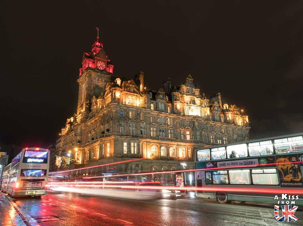 Balmoral Hotel de nuit - Les plus belles photos d'Édimbourg de nuit. Visiter Édimbourg la nuit, sortie nocturne à Édimbourg dans les plus beaux endroits et les lieux hantés de la capitale écossaise. Que faire à Édimbourg la nuit ?