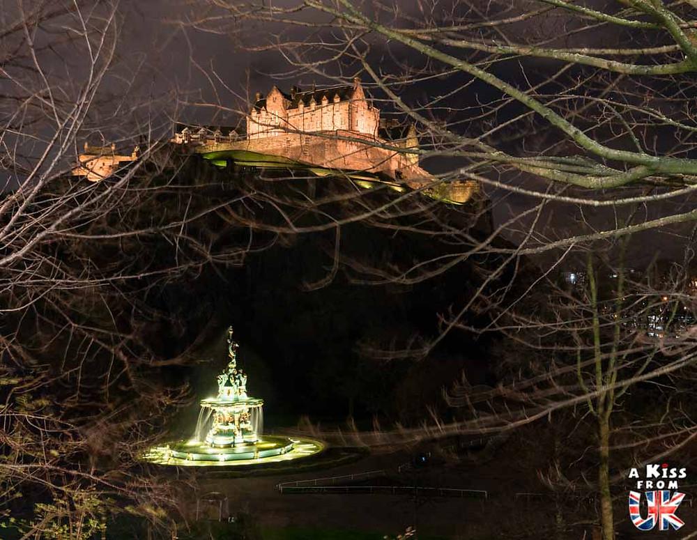 Edinburgh Castle vu depuis Princes Street de nuit - Les plus belles photos d'Édimbourg de nuit. Visiter Édimbourg la nuit, sortie nocturne à Édimbourg dans les plus beaux endroits et les lieux hantés de la capitale écossaise. Que faire à Édimbourg la nuit ?