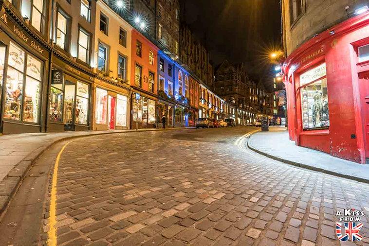 Victoria Street à Edimbourg - Visiter Edimbourg : les endroits à voir absolument dans la capitale de l'Ecosse - Découvrez les plus beaux lieux d'Edimbourg avec le guide complet d'A Kiss from UK, le blog du voyage en Ecosse.