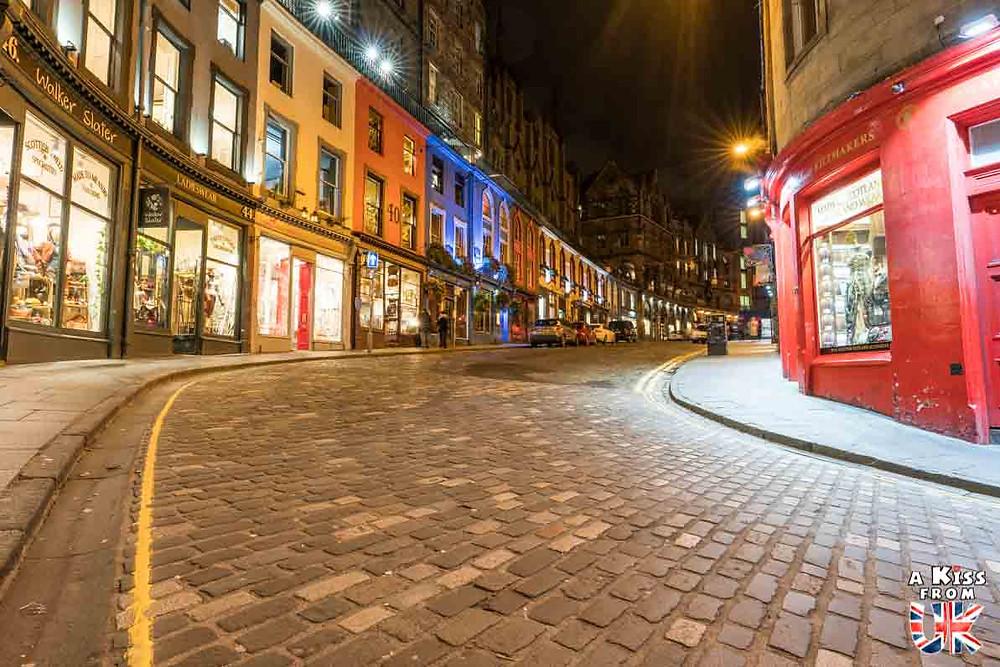 Victoria Street de nuit - Les plus belles photos d'Édimbourg de nuit. Visiter Édimbourg la nuit, sortie nocturne à Édimbourg dans les plus beaux endroits et les lieux hantés de la capitale écossaise. Que faire à Édimbourg la nuit ?