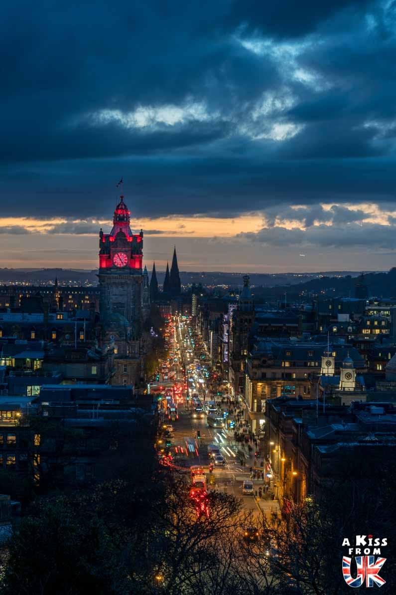 Princes Street la nuit - Les plus belles photos d'Édimbourg de nuit. Visiter Édimbourg la nuit, sortie nocturne à Édimbourg dans les plus beaux endroits et les lieux hantés de la capitale écossaise. Que faire à Édimbourg la nuit ?