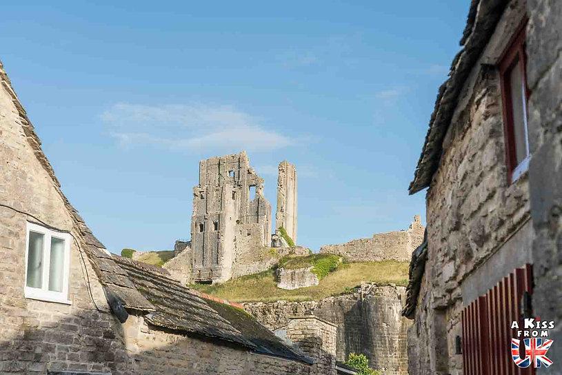 Corfe Castle dans les Dorset en Angleterre - Les plus belles ruines de Grande-Bretagne. Découvrez quels sont les plus beaux lieux abandonnés d'Angleterre, d'Ecosse et du Pays de Galles avec A Kiss from UK.