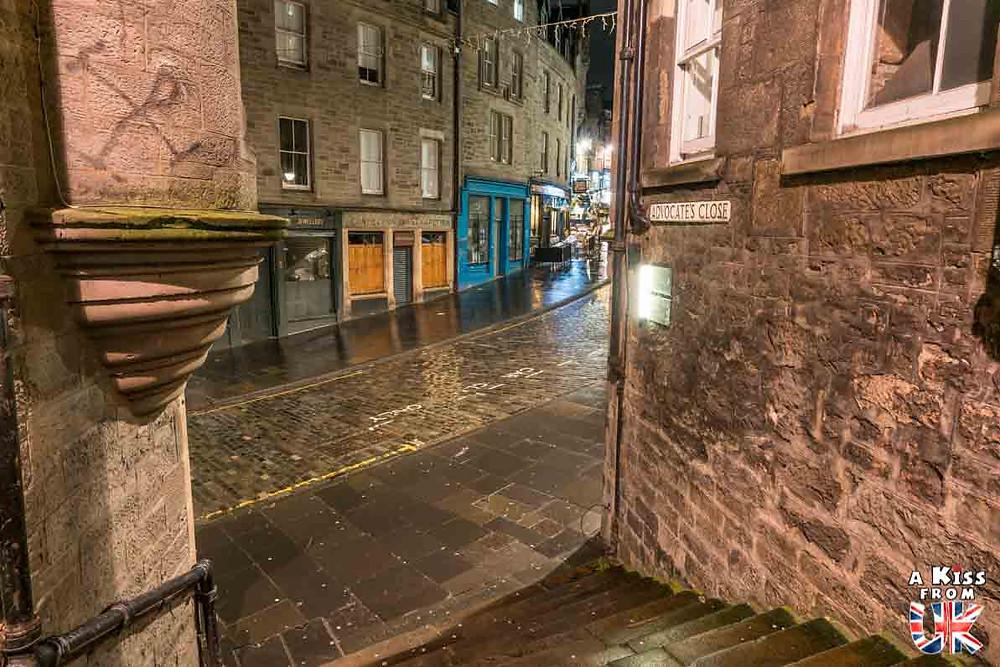 Advocates close et Cockburn Street de nuit - Les plus belles photos d'Édimbourg de nuit. Visiter Édimbourg la nuit, sortie nocturne à Édimbourg dans les plus beaux endroits et les lieux hantés de la capitale écossaise. Que faire à Édimbourg la nuit ?