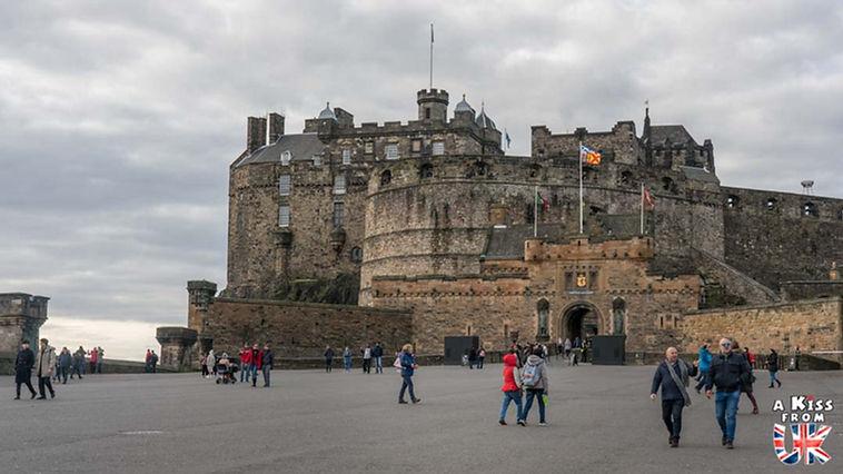 La château d'Edimbourg - Visiter Edimbourg : les endroits à voir absolument dans la capitale de l'Ecosse - Découvrez les plus beaux lieux d'Edimbourg avec le guide complet d'A Kiss from UK, le blog du voyage en Ecosse.