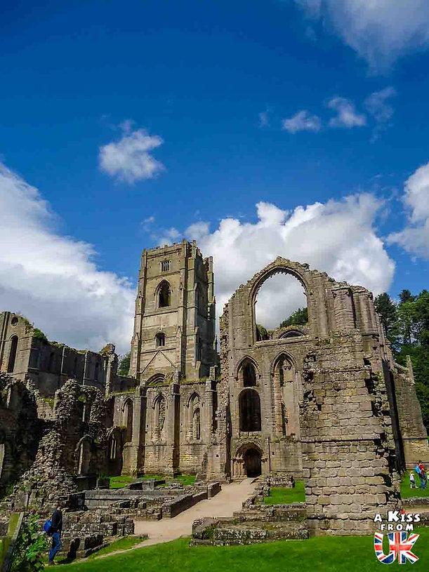 Fountains Abbey dans le Yorkshire en Angleterre - Les plus belles ruines de Grande-Bretagne. Découvrez quels sont les plus beaux lieux abandonnés d'Angleterre, d'Ecosse et du Pays de Galles avec A Kiss from UK.