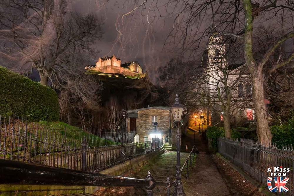 Edinburgh Castle et l'église St Cuthbert de nuit - Les plus belles photos d'Édimbourg de nuit. Visiter Édimbourg la nuit, sortie nocturne à Édimbourg dans les plus beaux endroits et les lieux hantés de la capitale écossaise. Que faire à Édimbourg la nuit ?