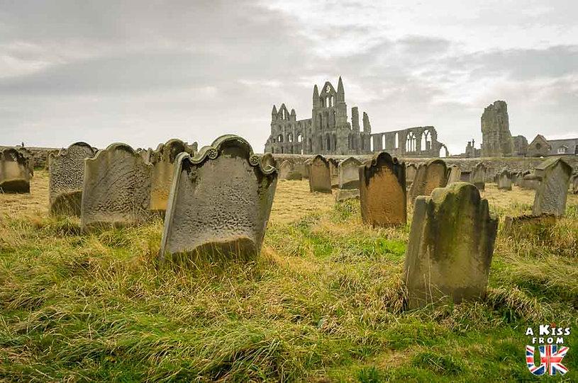 Whitby Abbey dans les North York Moors en Angleterre - Les plus belles ruines de Grande-Bretagne. Découvrez quels sont les plus beaux lieux abandonnés d'Angleterre, d'Ecosse et du Pays de Galles avec A Kiss from UK.