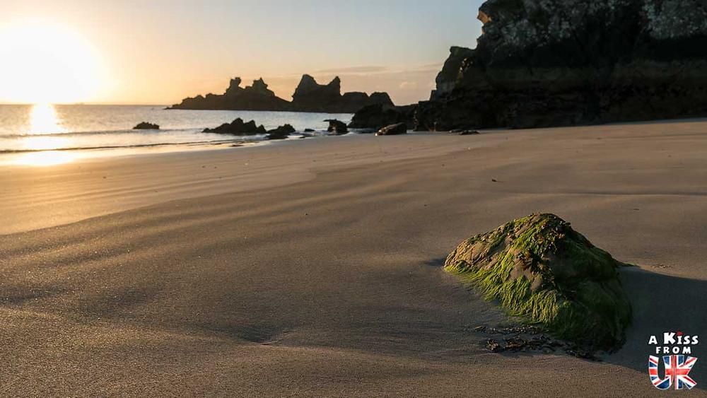 Visiter la plage du Kador sur la presqu'île de Crozon et se croire sur les plages de Lewis et Harris, dans les Hébrides Extérieures en Ecosse | Visiter la Bretagne pour retrouver les paysages de Grande-Bretagne  - Découvrez les plus beaux endroits de Bretagne et de Normandie qui font penser à l'Angleterre, à l'Ecosse ou au Pays de Galles |  A Kiss from UK - blog voyage