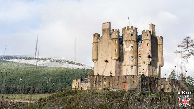 Braemar Castle - Que voir dans les Cairngorms en Ecosse ? Visiter les Cairngorms avec A Kiss from UK, le guide et blog du voyage en Ecosse.
