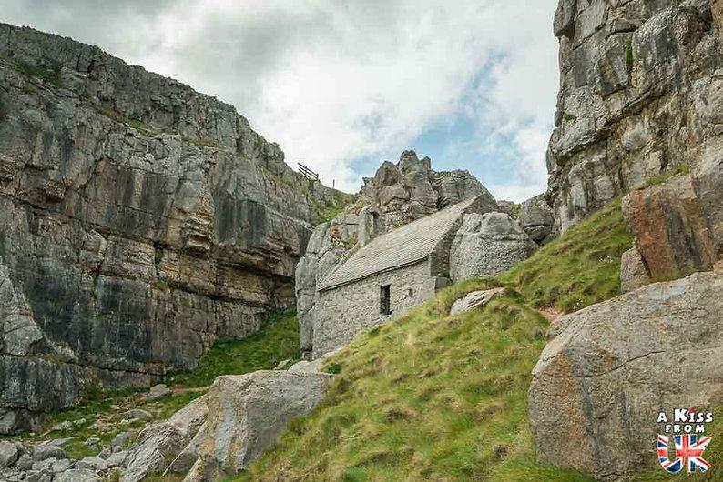 St Govan's Chapel dans le Pembrokeshire - Que voir dans le Pembrokeshire au Pays de Galles ? Visiter le Pembrokeshire avec A Kiss from UK, le guide et blog voyage en Grande-Bretagne.