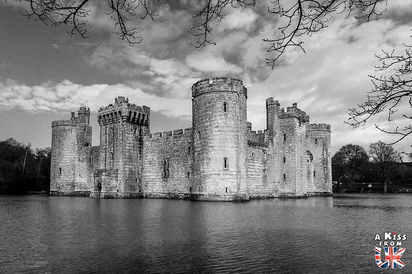 Bodiam Castle dans le Sussex - Les lieux à voir absolument en Angleterre en dehors de Londres. Découvrez quels sont les plus beaux endroits d'Angleterre et les incontournables à visiter en dehors de Londres lors de votre voyage - A Kiss from UK, le blog du voyage en Grande-Bretagne.