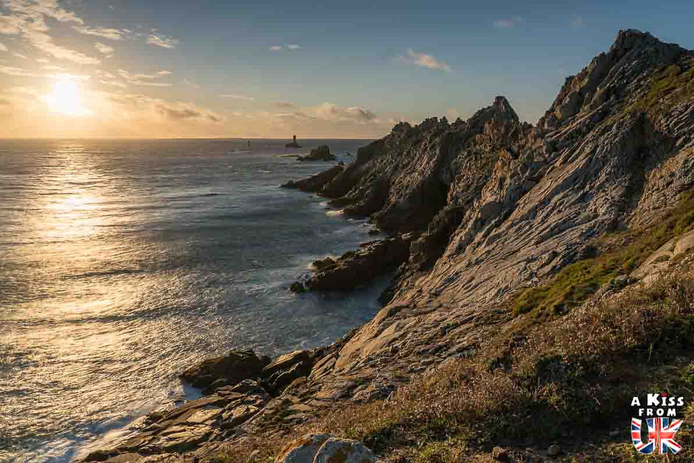Visiter la Pointe du Raz dans le Finistère et se croire à South Stack sur l'île d'Anglesey au Pays de Galles | Visiter la Bretagne pour retrouver les paysages de Grande-Bretagne  - Découvrez les plus beaux endroits de Bretagne et de Normandie qui font penser à l'Angleterre, à l'Ecosse ou au Pays de Galles |  A Kiss from UK - blog voyage